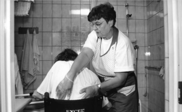 nainen-hoitotyossa